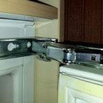 Замена петель холодильника