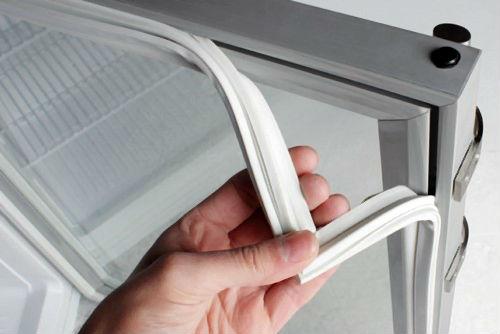 Снятие старого уплотнителя с дверцы холодильника