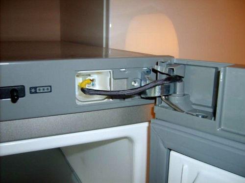 Механизм фиксации двери холодильника