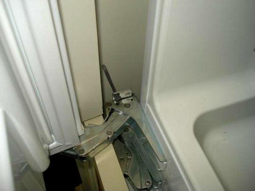 Механизм открытия дверцы холодильника