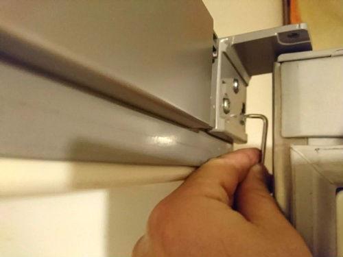 Процесс регулировки дверцы холодильника